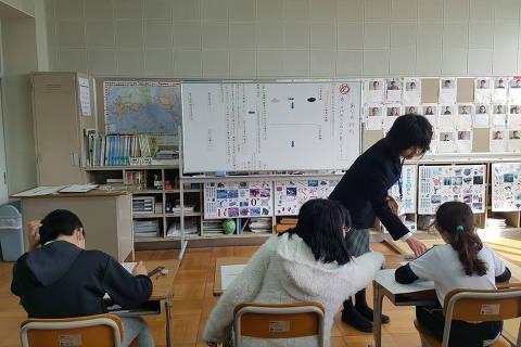 Crianças estrangeiras tem aula de reforço em japonês em escola na cidade de Hamamatsu, no Japão