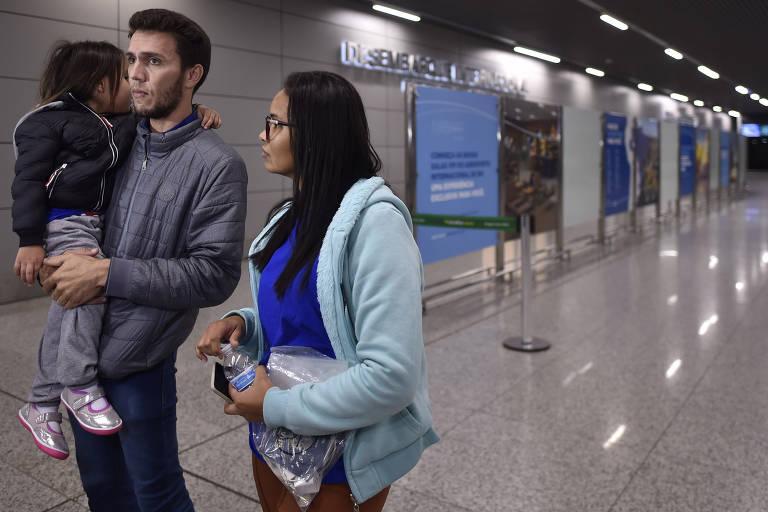 Família de brasileiros deportados em um voo fretado pelo governo americano chega a Belo Horizonte