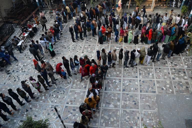 Indianos fazem fila para eleger Assembleia Legislaiva de Déli; veja fotos de hoje