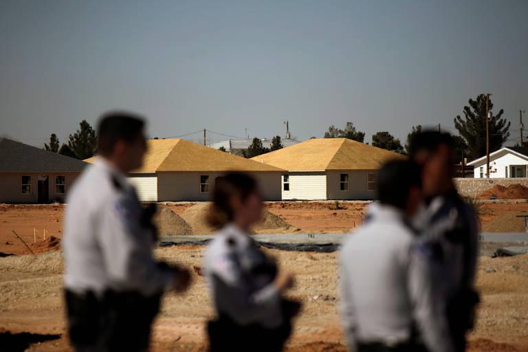 oficiais de imigração no deserto do texas