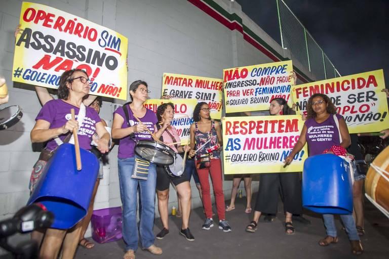 Mulheres protestam contra intenção do Operário de Várzea Grande (MT) de contratar Bruno