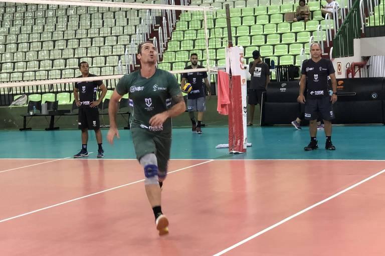 Ricardinho, 44, voltou a treinar para entrar em quadra pelo Maringá na Superliga