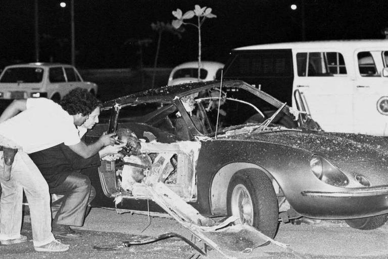 Destroços do carro após explosão de bomba