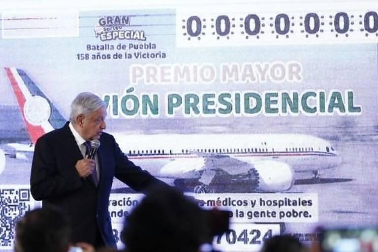 obrador em frente a imagem do avião presidencial