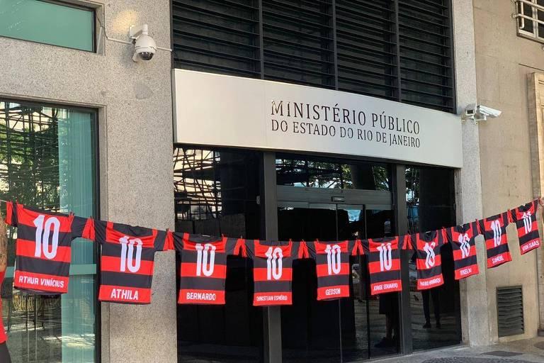 Torcedores do Flamengo espalham camisetas pelo Rio em homenagem a mortos no Ninho do Urubu