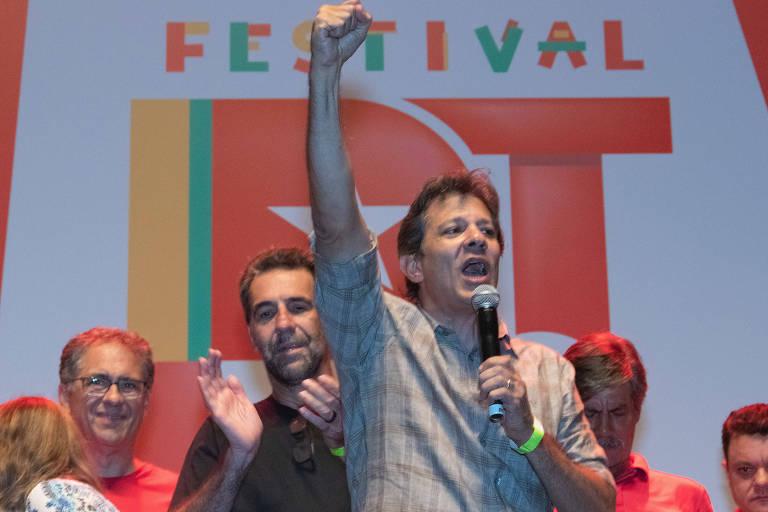 O ex-prefeito de SP Fernando Haddad com braço levantado em evento do PT no Rio