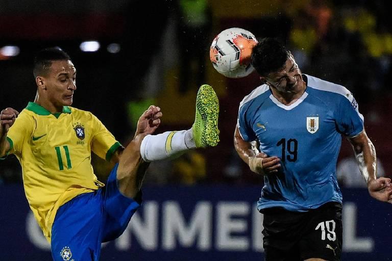 Antony disputa a bola com o uruguaio Piquerez durante o empate por 1 a 1 entre as equipes
