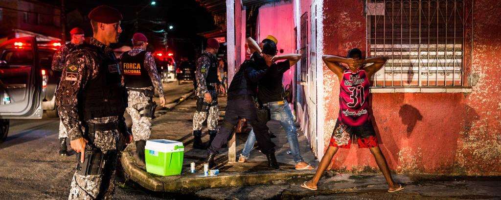 Agentes da Força Nacional revistam dois homens durante ronda em Ananindeua (PA), uma das cidades que fazem parte do projeto de segurança Em Frente, Brasil