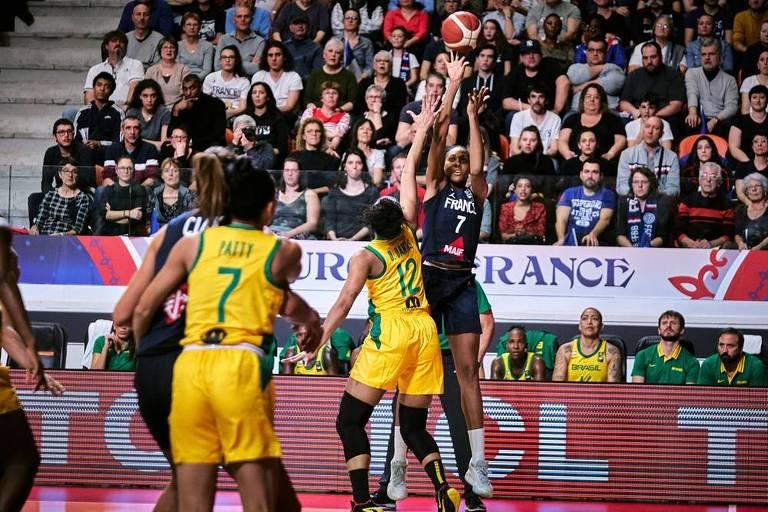 Jogadora francesa arremessa com a marcação de brasileira