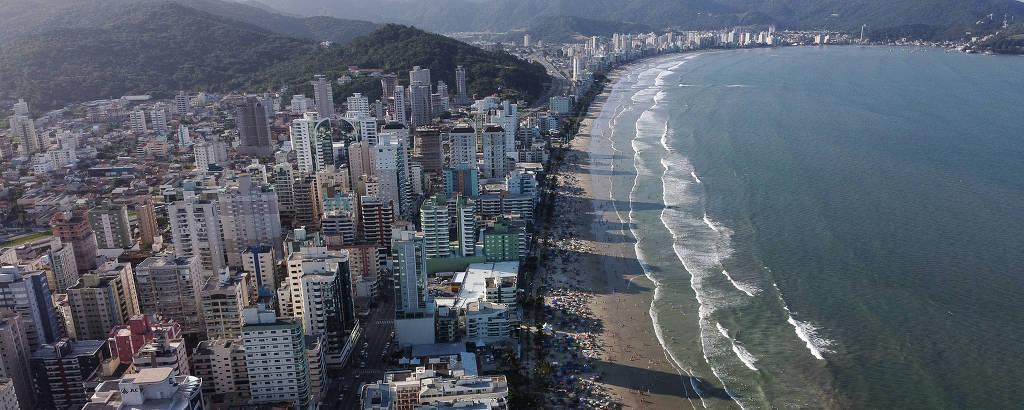 Prédios fazem sombra na Meia Praia, em Itapema, cidade do litoral norte de Santa Catarina que sofre com pressão imobiliária