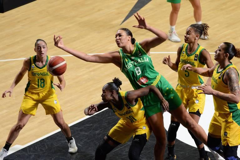 A australiana Liz Cambage em meio às jogadoras brasileiras no Pré-Olímpico de basquete