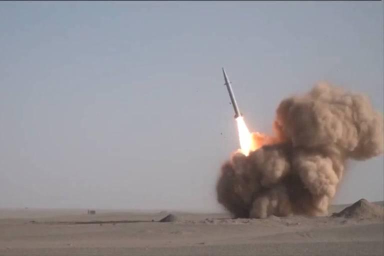 míssil sendo lançado