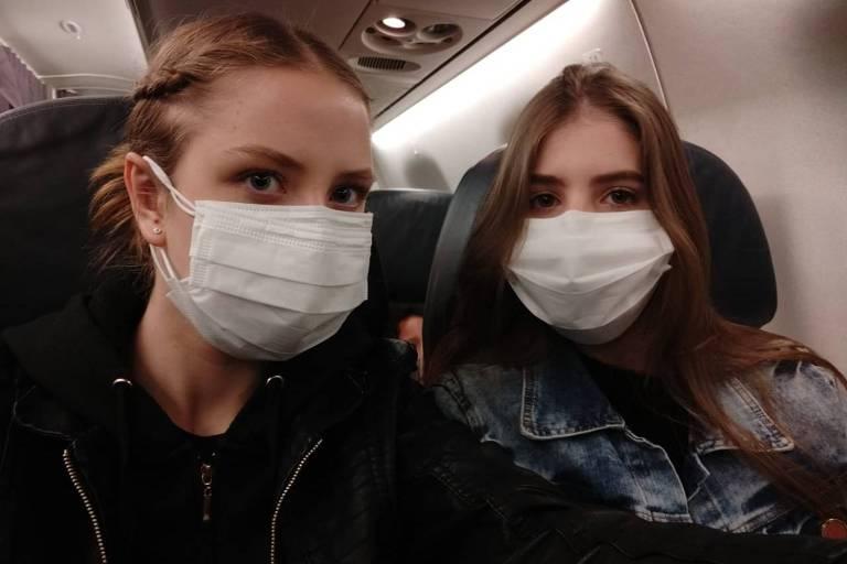 Adrielly Eger, 18, está entre os 34 brasileiros que foram evacuados de Wuhan, epicentro da epidemia do novo coronavírus. Ela desembargou em Anápolis (GO) no domingo (9) e passará cerca de 18 dias em quarentena no hotel da base aérea militar da região