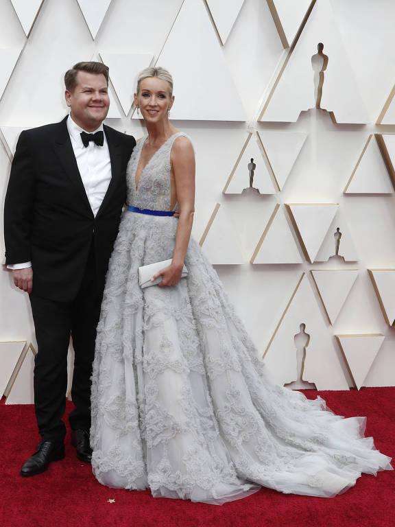 James Corden e Julia Carey passam pelo tapete vermelho