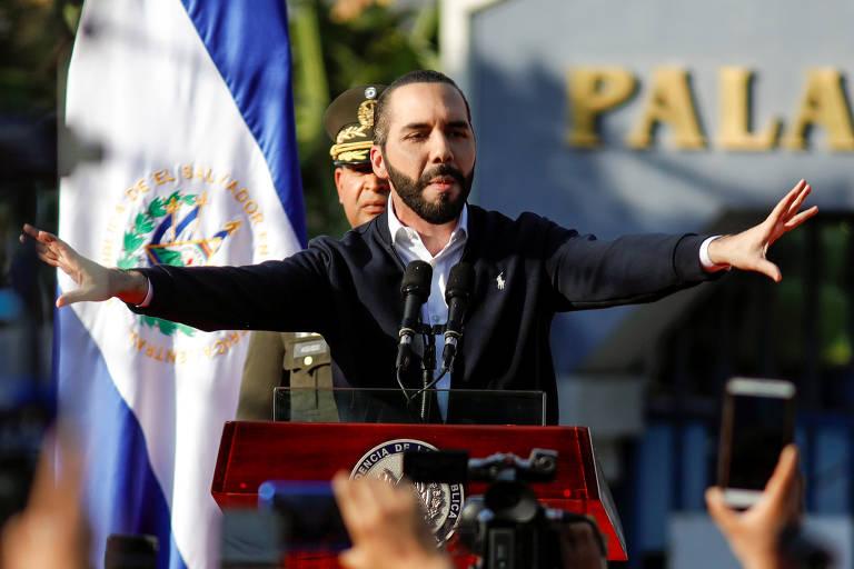 O presidente de El Salvador, Nayib Bukele, gesticula durante discurso a apoiadores perto do Congresso do país, em San Salvador