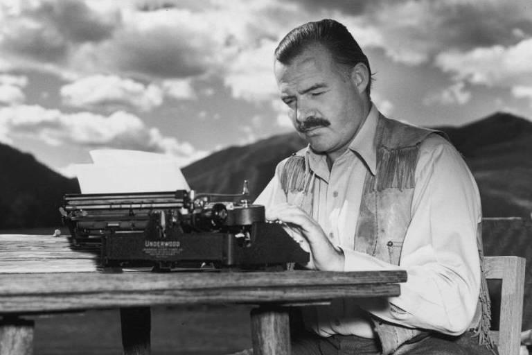 O escritor Ernest Hemingway tendo ao fundo o Kilimanjaro