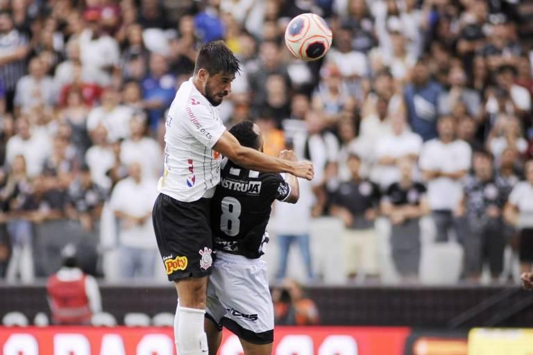 O zagueiro corintiano Pedro Henrique sobe mais alto na disputa com o volante Marquinhos, da Inter de Limeira, no duelo em Itaquera
