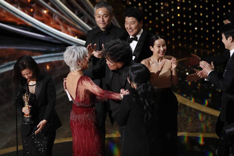 """Kwak Sin Ae e Bong Joon-ho recebem o prêmio de Melhor Filme, por """"Parasita"""""""