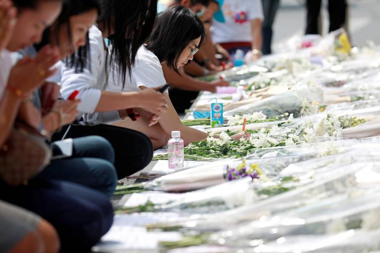Tailandeses homenageiam vítimas de ataque; veja fotos de hoje