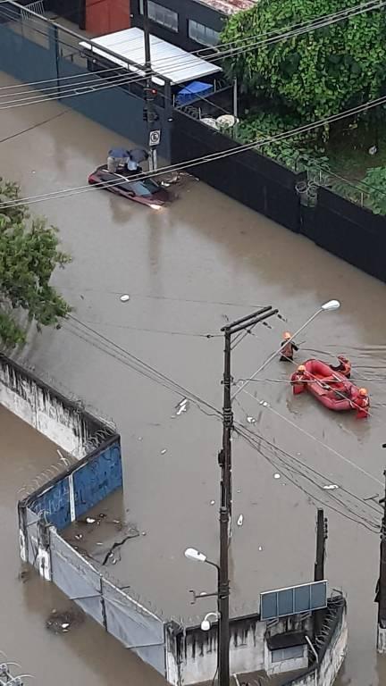 Alagamento em rua de São Paulo