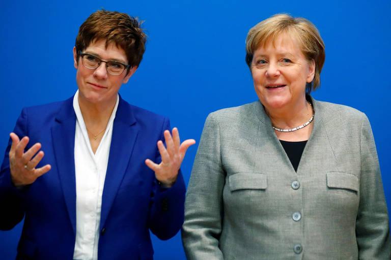 Annegret Kramp-Karrenbauer (esq.), que deixará a liderança da CDU, e a chanceler Angela Merkel durante encontro na sede do partido, em Berlim, nesta segunda (10)