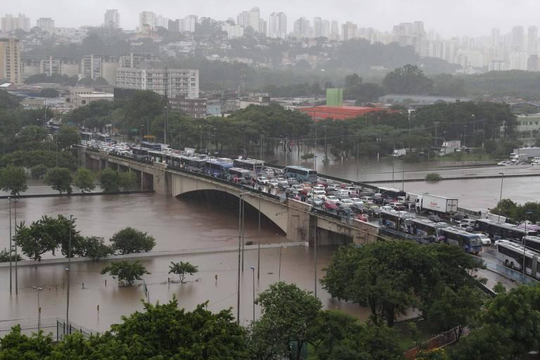 Chuva causa alagamento na região da Ponte da Casa Verde em São Paulo (SP), nesta manhã de segunda-feira (10)