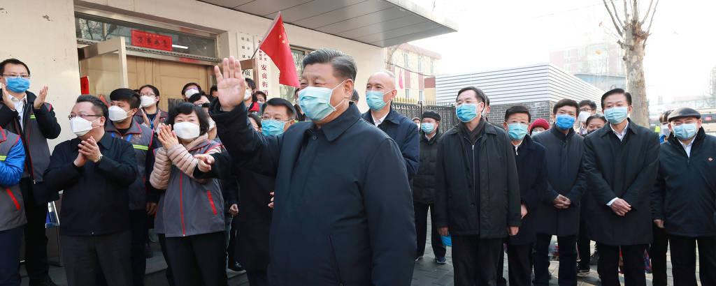 O líder chinês, Xi Jinping, usa máscara para evitar a contaminação por coronavírus durante visita a um centro para a prevenção da doença em Pequim nesta segunda (10)