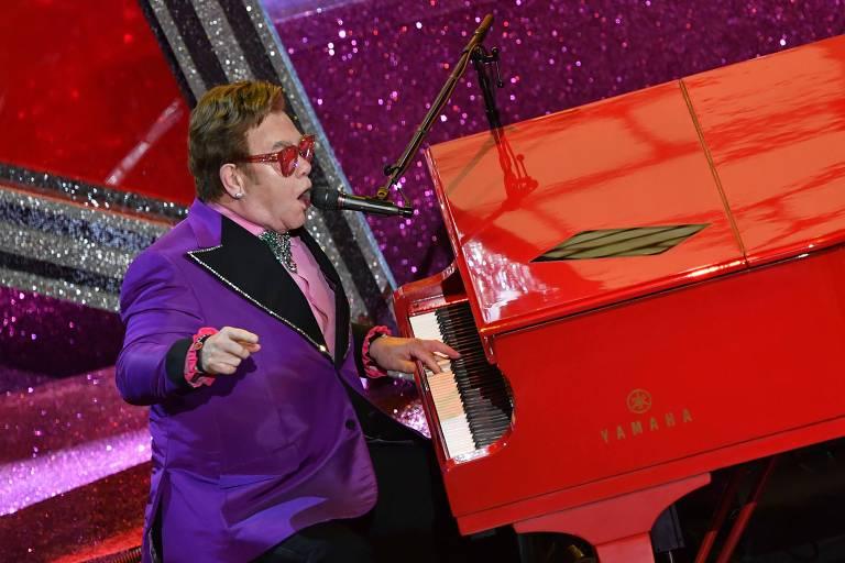 Elton John cantando durante o Oscar