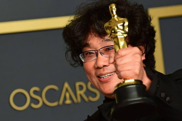 """O diretor sul-coreano Bong Joon-ho posa com estatueta do Oscar 2020, que ganhou por seu trabalho em """"Parasita"""""""