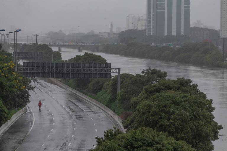 Temporal provoca alagamentos em São Paulo