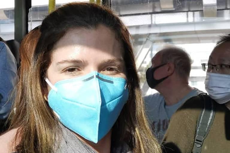 A brasileira Thaís Moretz em um ônibus de Xangai; população está usando máscaras ao sair nas ruas das  cidades da China