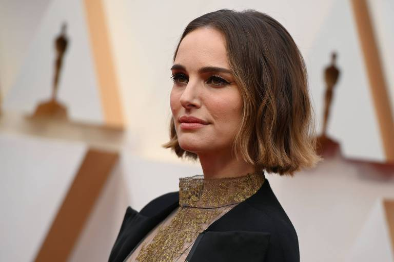 Natalie Portman posa no tapete vermelho do 92º Oscar