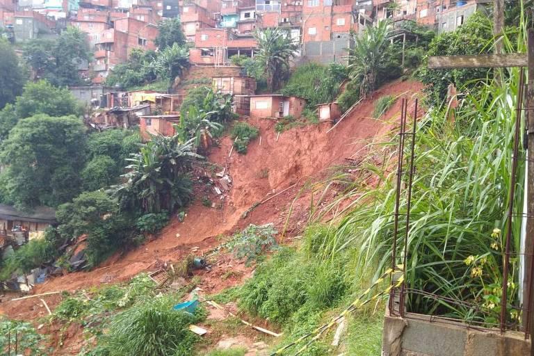 Forte chuva provoca deslizamento de terra no Morro do Socó, em Osasco, na Grande São Paulo