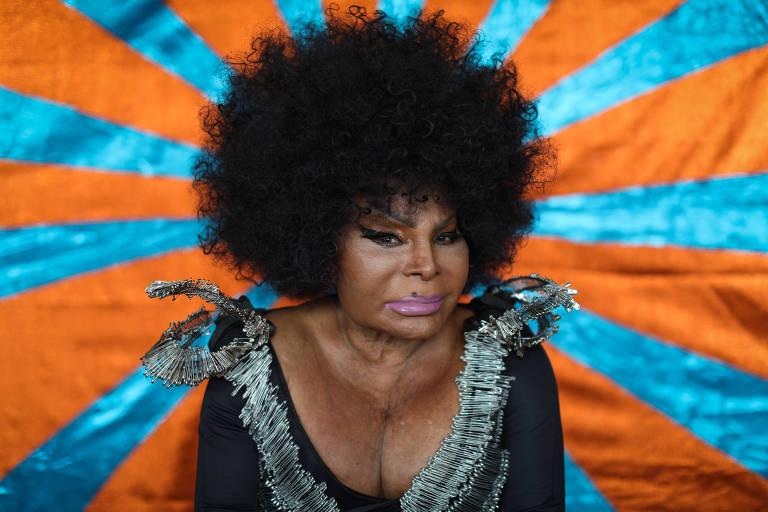 A cantora Elza Soares posa em seu apartamento em Copacabana
