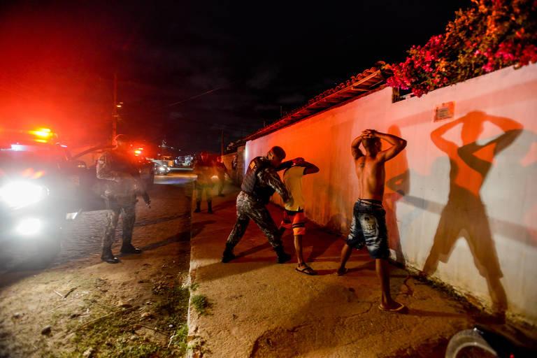 Força Nacional de Segurança Pública faz abordagem na periferia de Paulista, na região metropolitana de Recife; município é uma das cinco cidades-piloto do Em Frente, Brasil, programa de segurança do governo federal