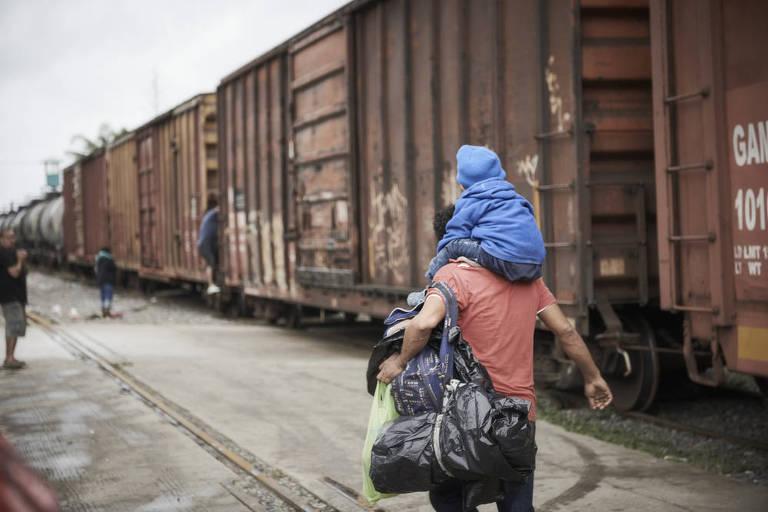 Migrante hondurenho com criança de três anos na rota migratória para os EUA