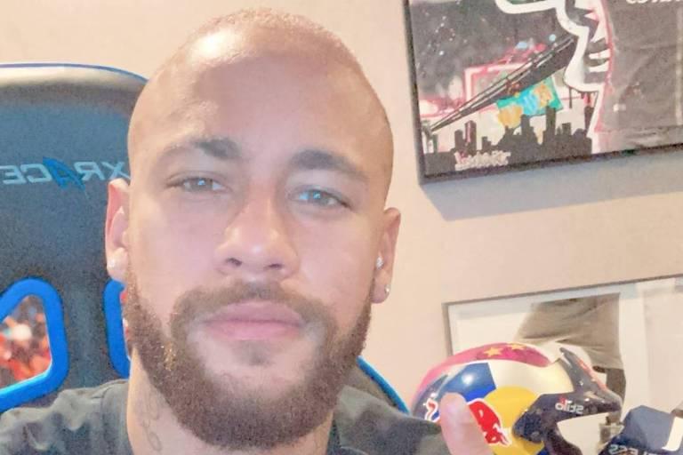Neymar aparece careca