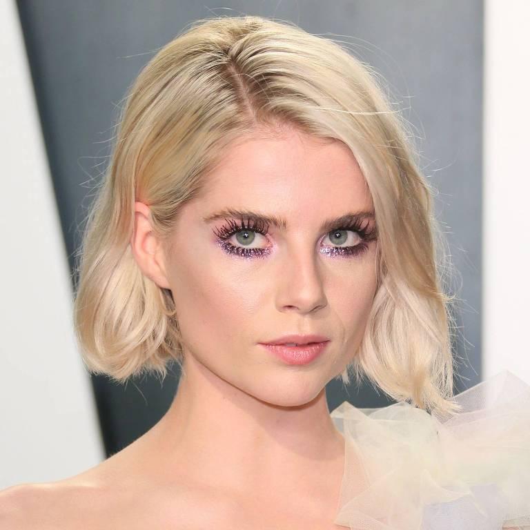 Lucy Boynton aposta na sombra roxa em festa da Vanity Fair pós Oscar