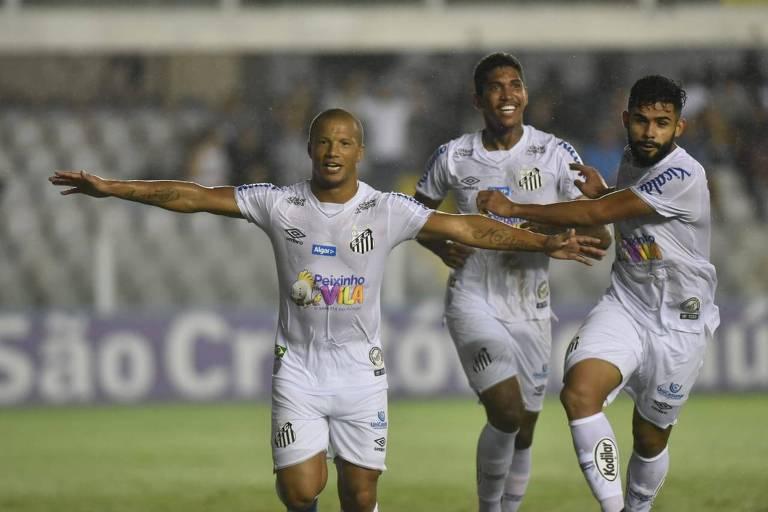 Sánchez comemora o primeiro gol do Santos na vitória sobre o Botafogo-SP, na Vila Belmiro