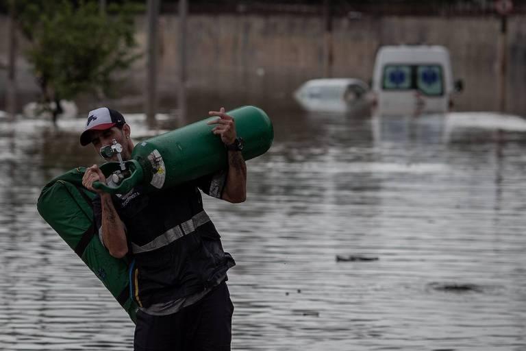 Enchente na altura do Cebolão, entre as marginais Tietê e Pinheiros. A forte chuva que atingiu São Paulo provocou vários pontos de alagamento