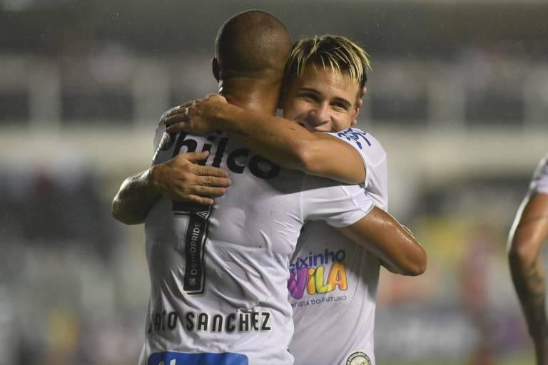 Jogadores de branco comemoram o primeiro gol do Santos