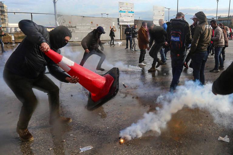 Governo do Líbano ganha voto de confiança do Legislativo enquanto protestos deixam 373 feridos