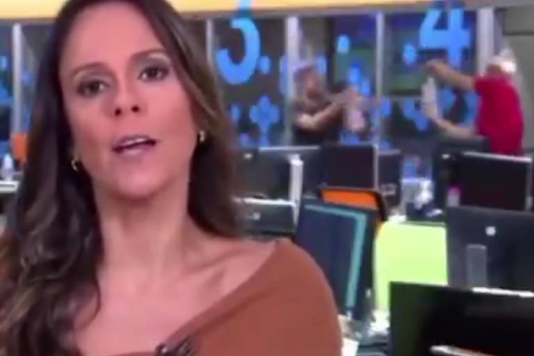 Funcionários da Globo fazem guerra de álcool em gel durante jornal ao vivo