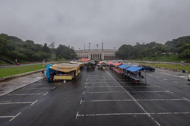 Vista aérea da feira com poucas barracas e clientes