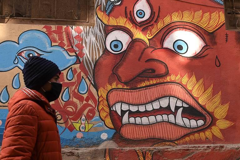 Pessoa usa máscara protetora contra coronavírus em Katmandu, Nepal
