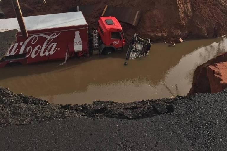 Cratera se abre em rodovia Marília