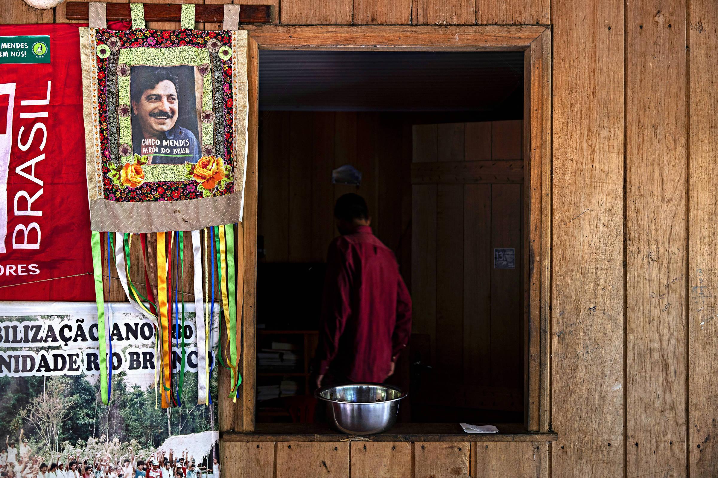 Foto de Chico Mendes, líder dos seringueiros assassinado em 1988, pendurada na parede da casa de Rian Avevedo de Barros no seringal Floresta, em Xapuri (AC)