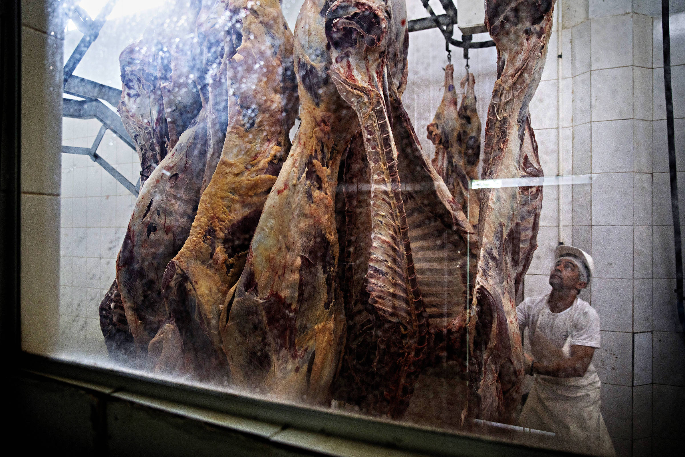 Funcionário do frigorífico Frigo Verde, em Xapuri (AC), acompanha pesagem de carne
