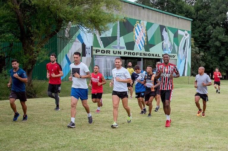 Gonzalo Carneiro, de camisa listrada do São Paulo, trabalha com o time do sindicato uruguaio de jogadores profissionais