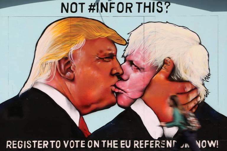 Mural em Bristol com grafite no qual o então candidato à Presidência dos EUA, Donald Trump, beija o então deputado conservador Boris Johnson